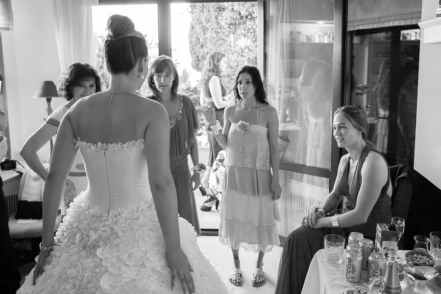 bride shows her dress to friends