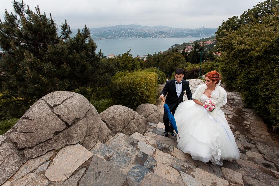 yağmurlu gün düğününde damat şemsiyeyi hazır tutuyor