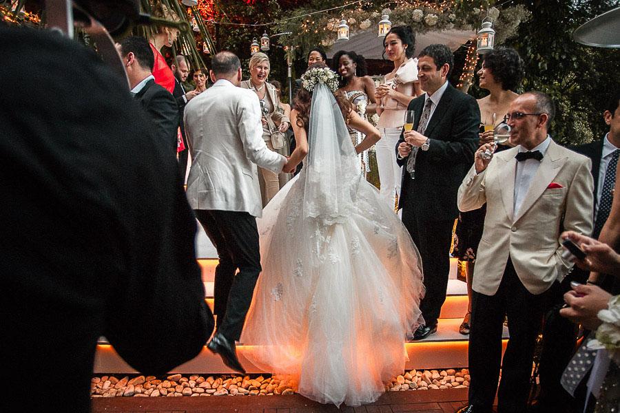 Bahçe düğününde gelin ve damat nikah alanına çıkıyor