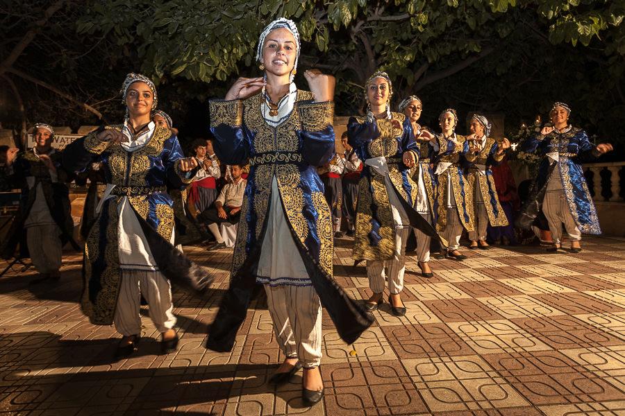kıbrıs kına gecesinde folklör gösterisi