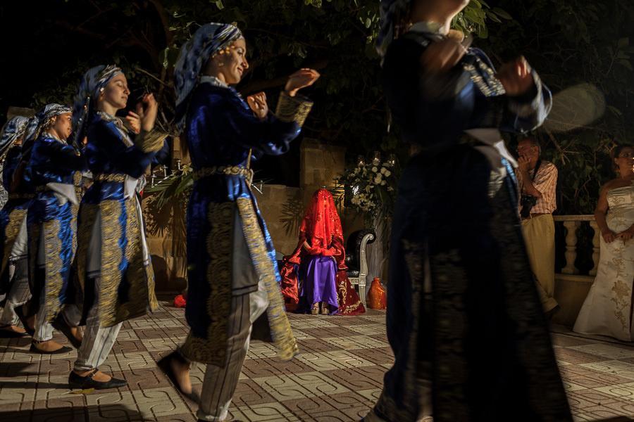 kıbrıs kına gecesinde dansçıları izleyen gelin