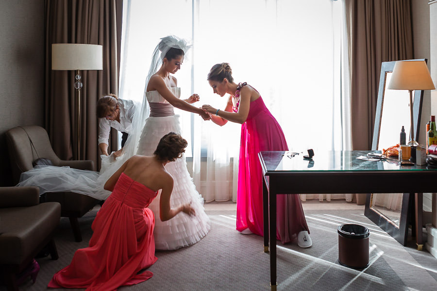 Divan Asya düğün öncesi hazırlıkları sırasında gelinlik giyilirken