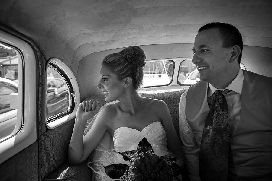 gelin ve damat klasik araba ile düğün mekanına gidiyor