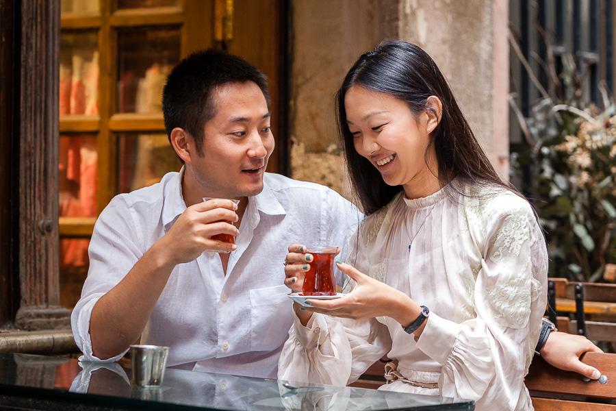 Türk çay bardağından çay içen çinli çift
