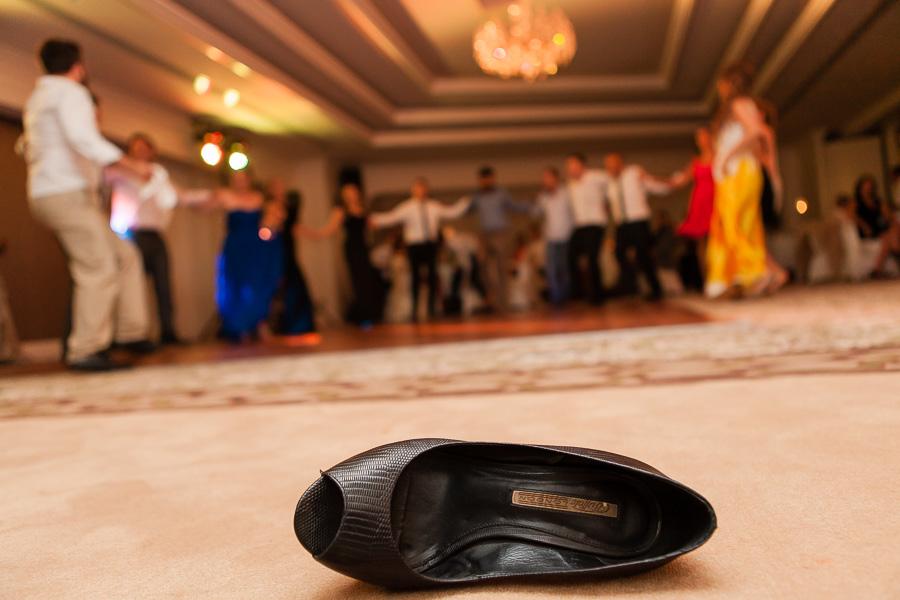 elite world düğün eğlencesi sırasında dans etmek için çıkartılmış ayakkabı