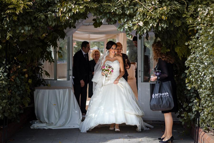 bride leaving the coctail area