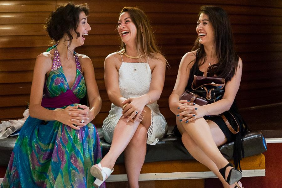 Gelin ve arkadaşları düğün hazırlıkları sırasında eğleniyor