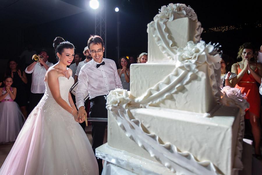 düğün pastası kesiliyor
