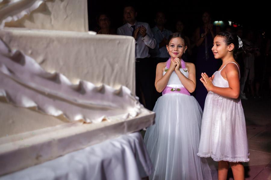 küçük kızlar düğün pastasını bekliyor