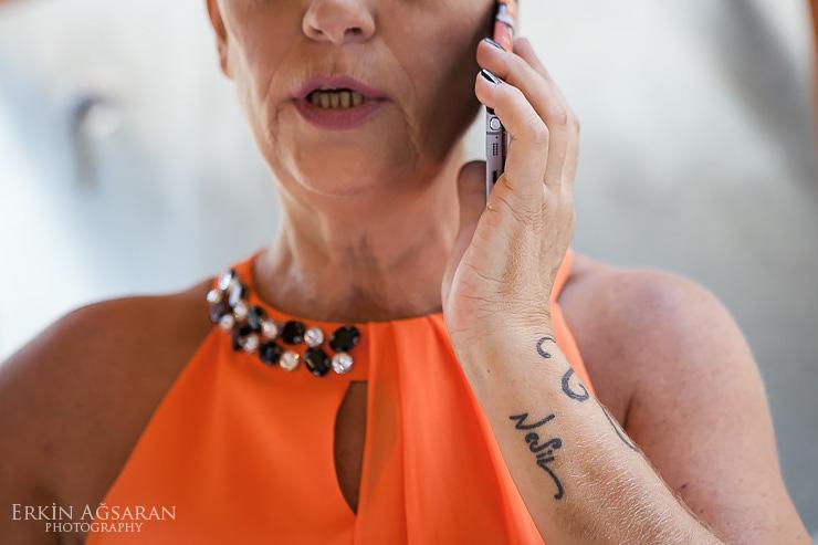 Gelinin annesinin kolundaki dövmesinde kızının adı yazıyor
