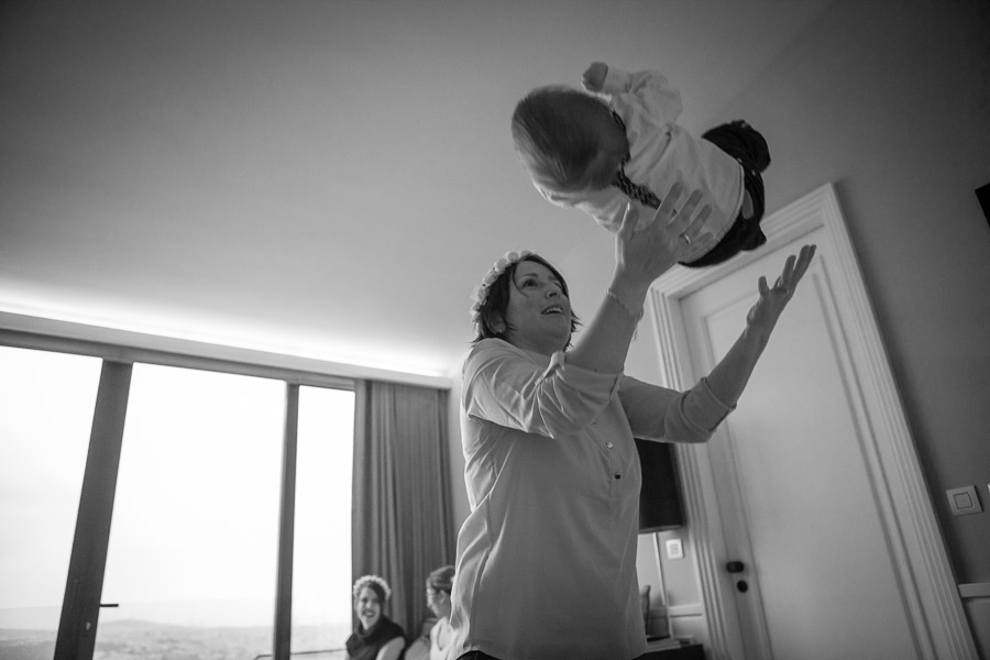 sade nikah öncesi anne çocuğu havaya atıyor