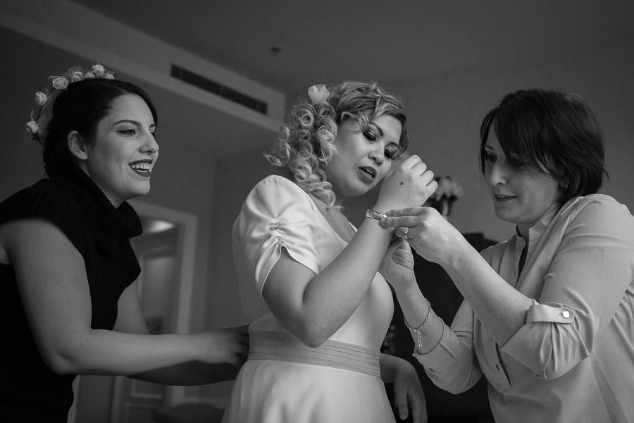 sade düğün: gelin ve nedimeler düğün hazırlığı