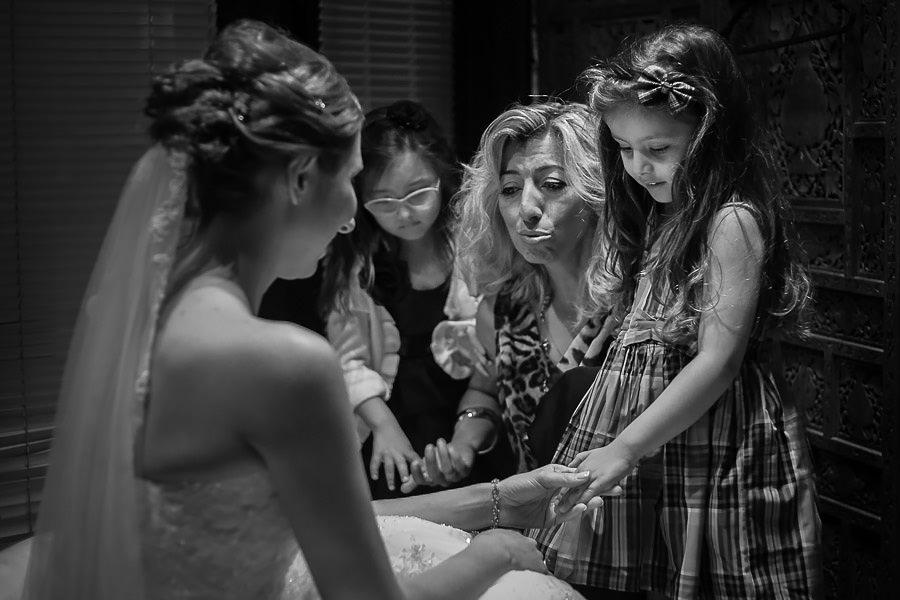 gelini görmeye gelen küçük kızlar