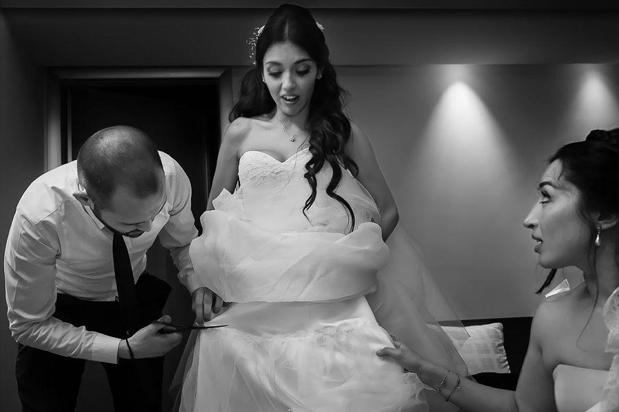 belgesel düğün fotoğrafçısı gelinliğin kesildiği anı dakikaları fotoğraflayabiliyor