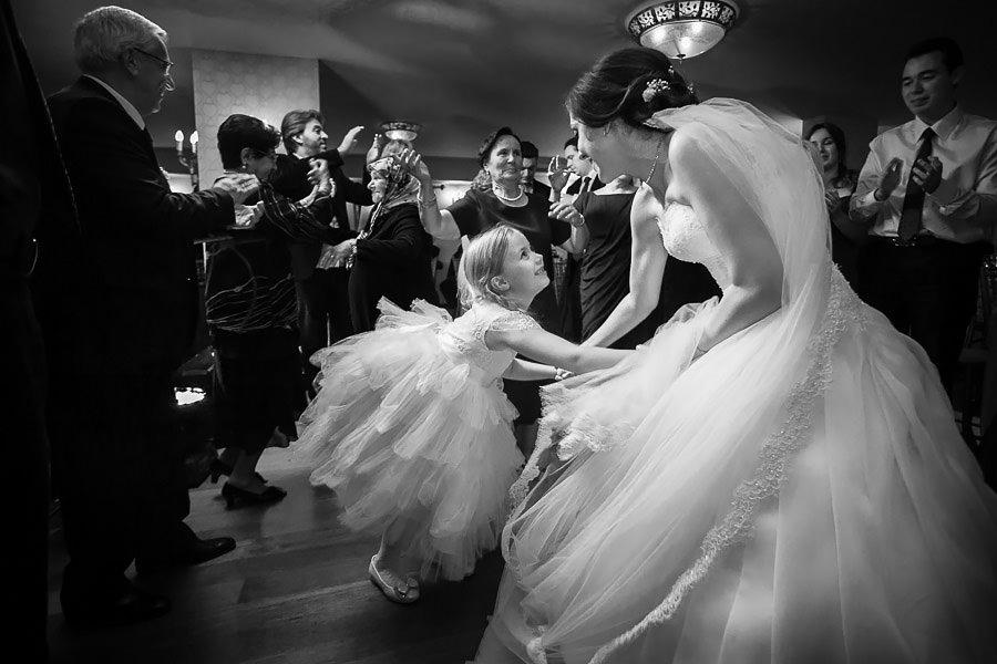 Düğünde gelin ile dans eden beyaz elbiseli küçük kız