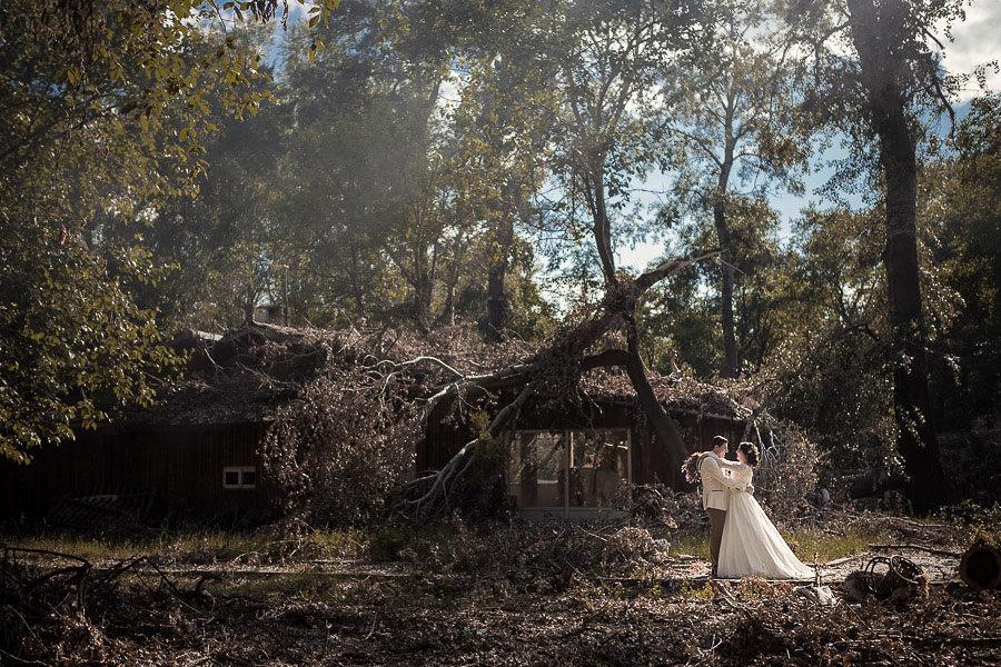 düğün fotoğrafçısı geniş kadraj kullanarak sahneyi de göstermiş