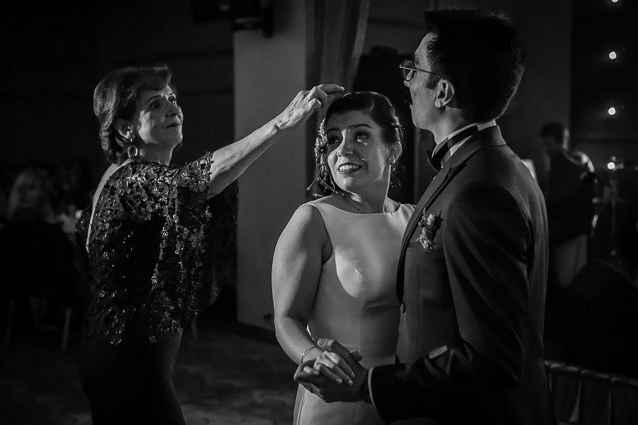 Gece devam eden düğün hikayesi çekimi ile yakalanan eğlenceli bir kare