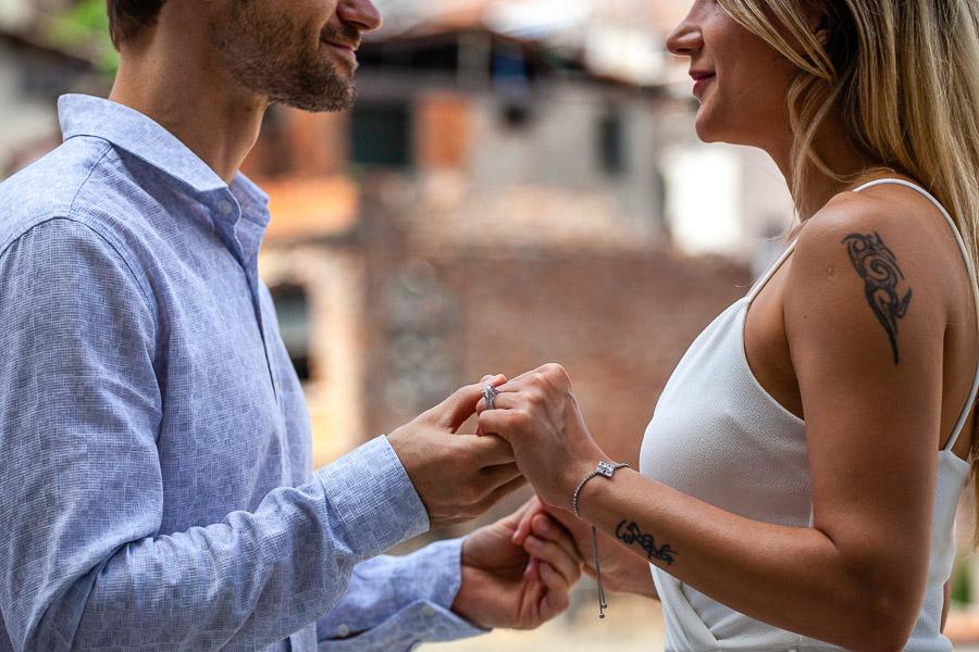 nişanlı çift çekim sırasında el ele