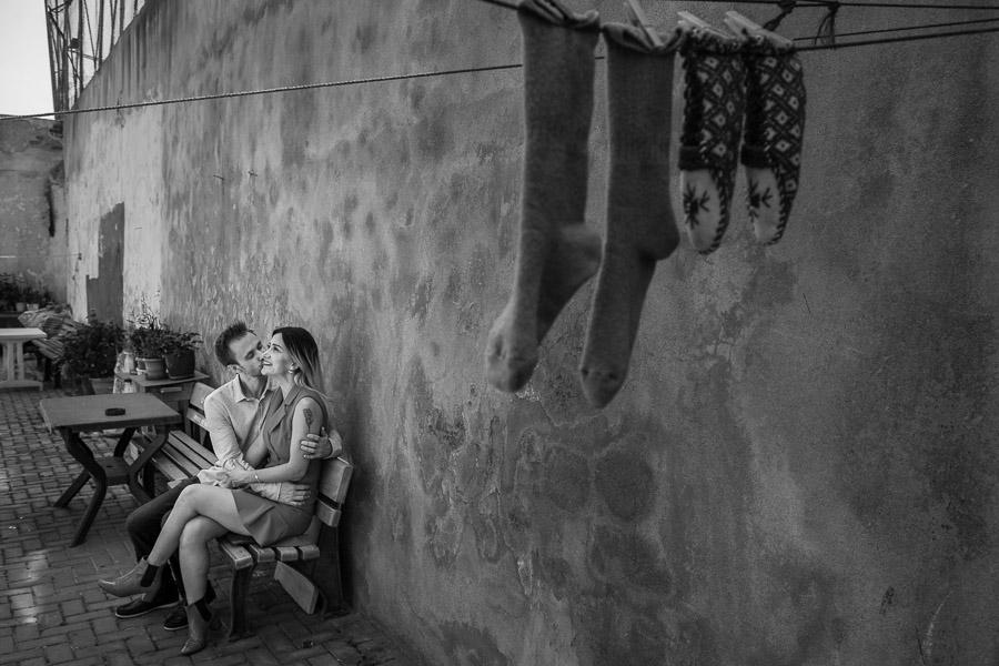 çorapların altında öpüşen nişanlı çift