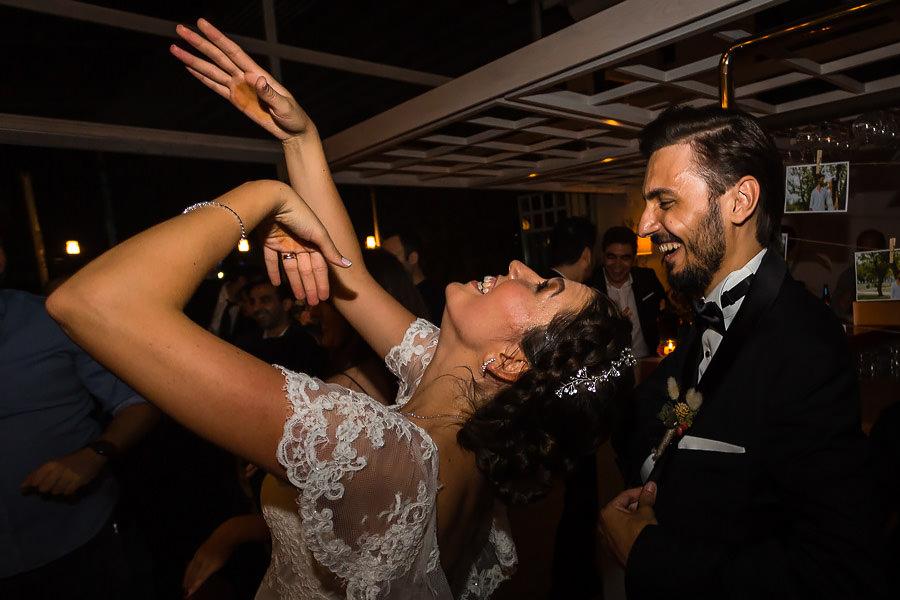 sarunda düğünde gelin ve damat pistte