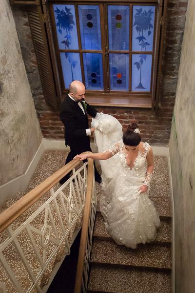 beykoz kundura düğün gelin ve damat merdivenlerden iniyor