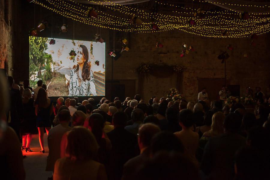 düğünde davetlilere film gösterimi