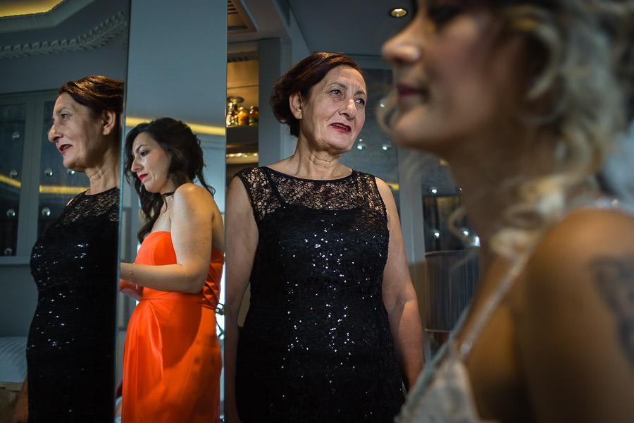 ödüllü düğün fotoğrafları wyndham grand kalamış düğün hazırlıkları gelinin annesi hazırlıkları izliyor