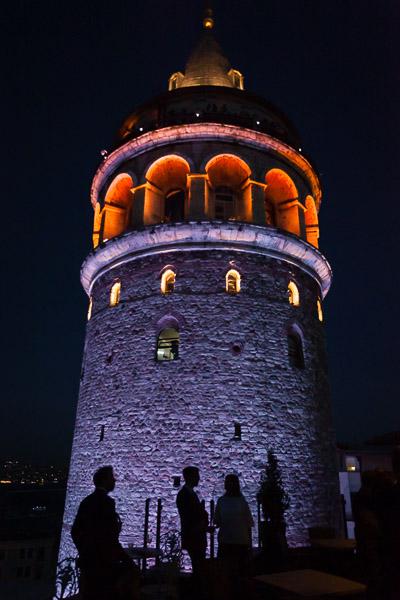 galata kulesi önünde siluetler