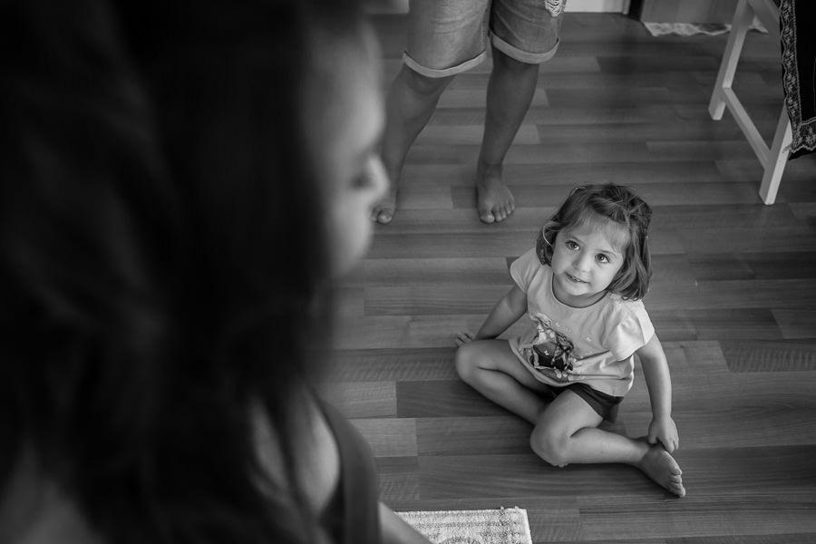 Küçük kız gelin saçı yapılışını izliyor