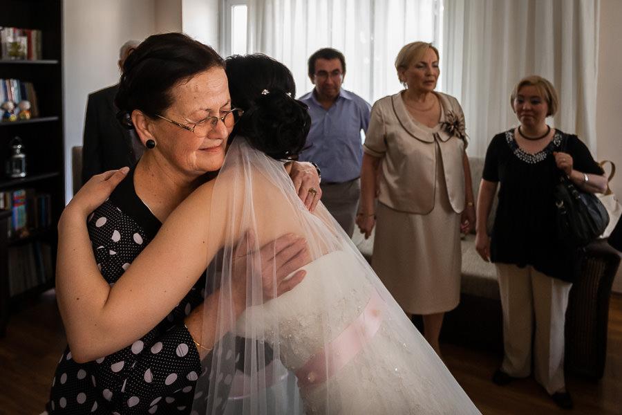 düğün hikayesinde gelin evden çıkarken aile büyükleriyle vedalaşıyor