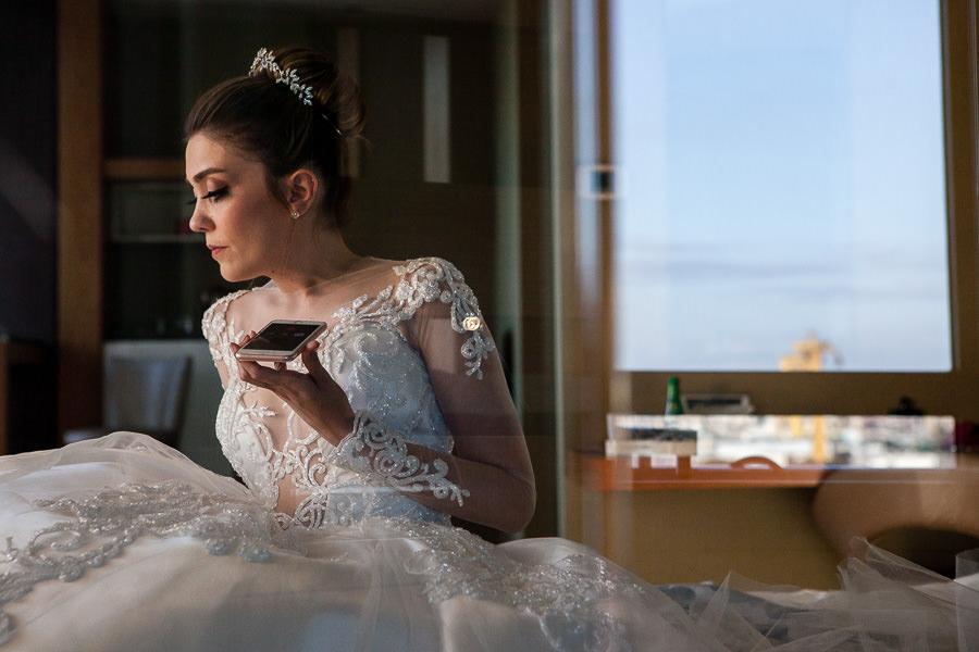Green Park düğününde gelin odasında telefonla konuşuyor