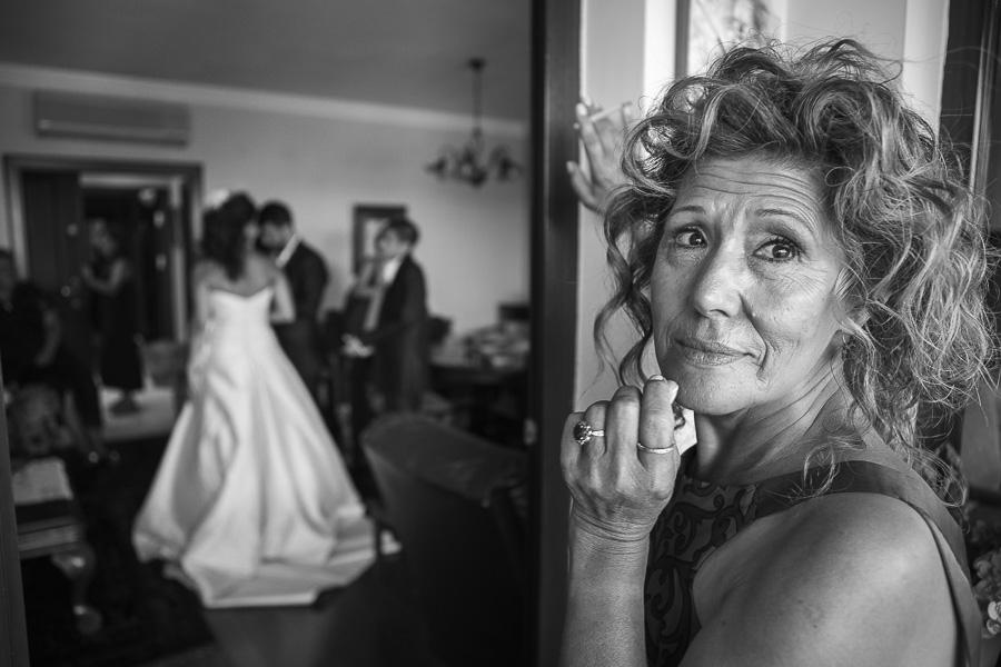 belgesel düğün fotoğrafçısı gelinin annesinin gizlice ağlamasını yakalar