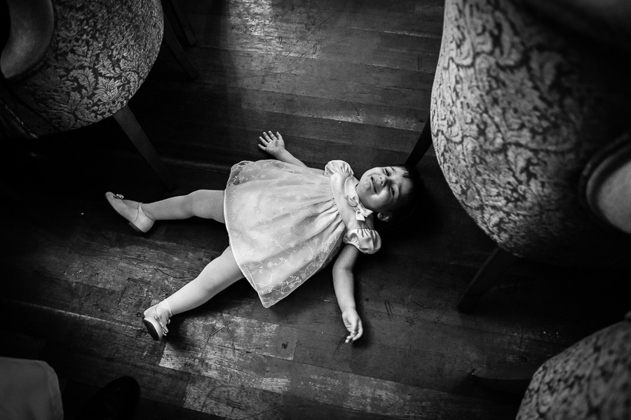 düğünde ağlayan küçük çocuk